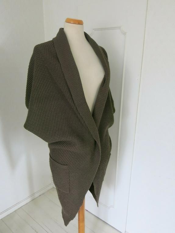 Mosegrønn lang cardigan - Norge - Str M. Lang cardigan med fint mønster som kan brukes på mange måter. Den har ingen knapping foran og lommer på siden. Fra Gina Tricot. 100% akryl. - Norge