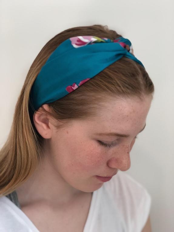 Sjøgrønt hårbånd med blomster - Norge - Hårbånd Superfint hårbånd i blankt stoff med nydelige blomster på sjøgrønn bunn. Hårbåndet har elastikk på undersiden. One size - Norge