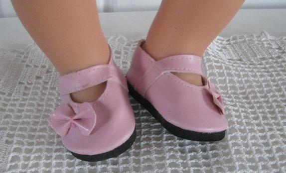 Dukkesko - Norge - Rosa sko med sløyfe .Skoene måler 7 cm,utvendig mål.Kan fint brukes til baby born med sokker . - Norge