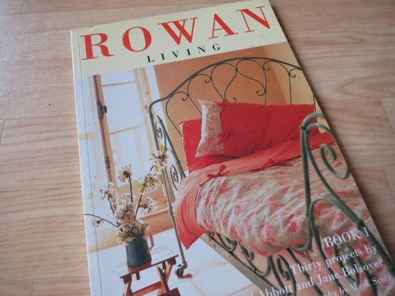 "SUPERSALG!   ROWAN living No 1 - Norge - Ubrukt bok (paperback, 80 sider): ROWAN living No 1 (Eng.) Fra teksten på baksiden av boka:""Rowan's range of lightweight cotton fabrics include a stunning collection of floral, striped and checked designs by Kaffe Fassett, as well as beautiful sh - Norge"