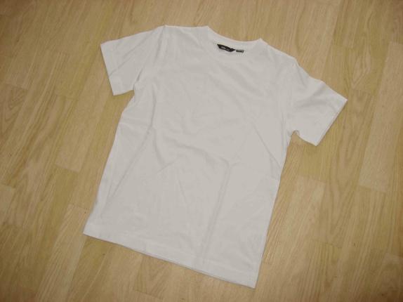 Hvit t-skjorte til dekorering, str. 122-128 - Norge - Hvit t-skjorte. Laget av 100% bomull, perfekt til dekorering med stoffmaling, batikkfarge el.l. Str. 122-128 (6 til 8 år) Når du handler i butikken min, betaler du frakt på bare ett produkt. Dette blir gjort automatisk når du bestiller, frakte - Norge