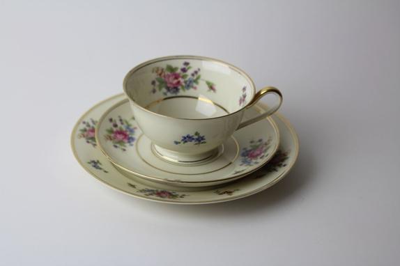 Vintage Bavaria Tirschenreuth The Queen's Rose - Norge - Nydelige servise fra Bavaria med rosemønster. Settet består av 8 tekopper, 12 underskåler og 11 tallerkener. Selges samlet.Settet er i meget god stand. Passer like godt til kaffe som te. Jeg pakker produktene godt inn og sender så fort jeg har - Norge