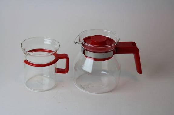Retro kaffesett - Norge - Liten og søt kaffe eller tekanne i glass med rødt lokk, Fin til å sette et kaffefilter over eller til å trakte te i. Et glass med røde detaljer fra Bodum.H 8,5 for koppen, kannen H 10 cm. Selges samlet. Jeg pakker produktene godt inn og sende - Norge