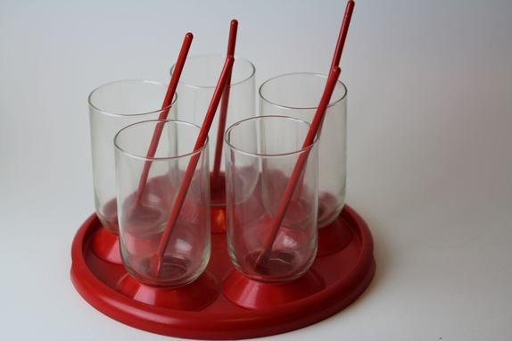 Retro Bodum settt til 5 - Norge - Flott sett med rødt brett i plast og fem glass med rød stett i plast. Det er en lang skje i hvert glass. Alle delene selges samlet. Jeg pakker produktene godt inn og sender så fort jeg har mottatt betalingen. Du kan velge om du vil betale med k - Norge