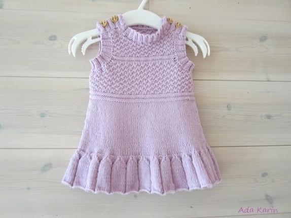 strikket baby kjole gratis opskrift