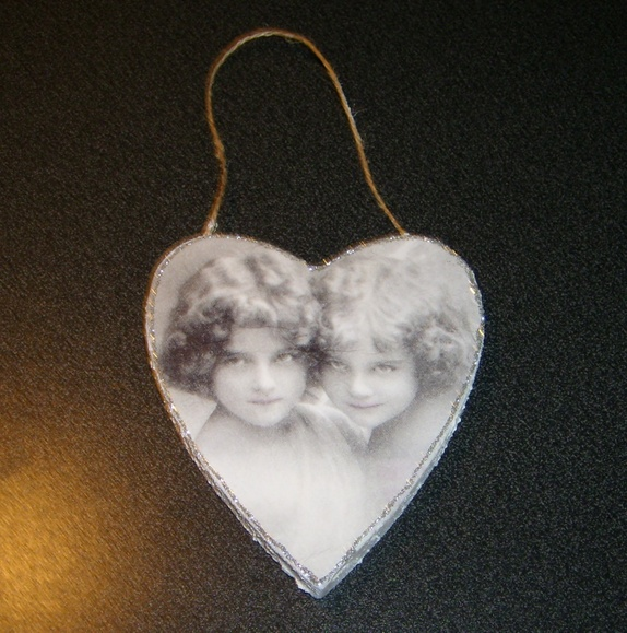 Pyntehjerte - Norge - Pyntehjerte av papp, malt kvit og med litt snø effekt, og glitterkant rundt hjerte, og dekorert med serviett mål: høgde 12,5 cm - Norge