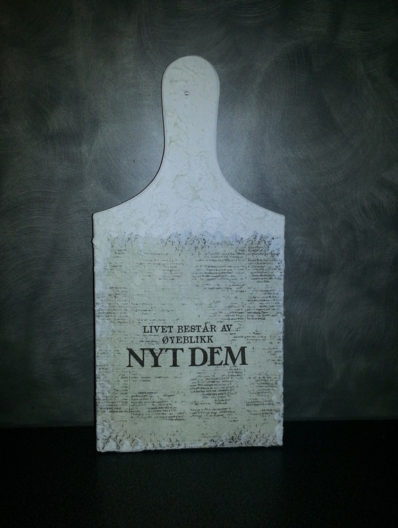 Pynte Skjærebrett - Norge - Pynte Skjærebrett som er malt kvit og malt med snø effekt, og pyntet med serviett.mål: 28x14x0,9 cm - Norge