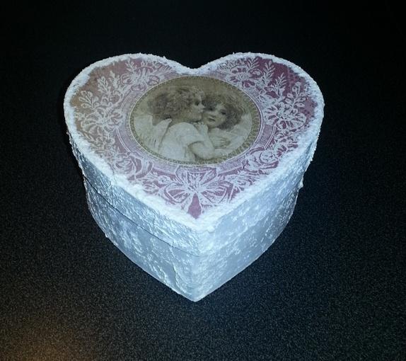 Hjerteeske - Norge - Hjerteeske , malt kvit og med snø effekt og pyntet med serviett. mål:15 cm Fin til oppbevaring av smykker, telys, småting ol, eller bare som pynt - Norge