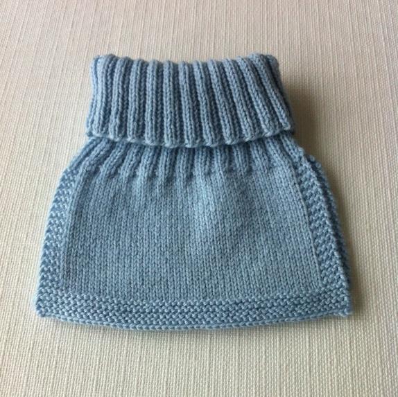 5ad328e2 Håndstrikket hals i str. 0-1 år. Halsen er strikket i Lanett, 100 %  babyull. Halsen kan vaskes på 30 grader ullprogram med Milo eller lignende.
