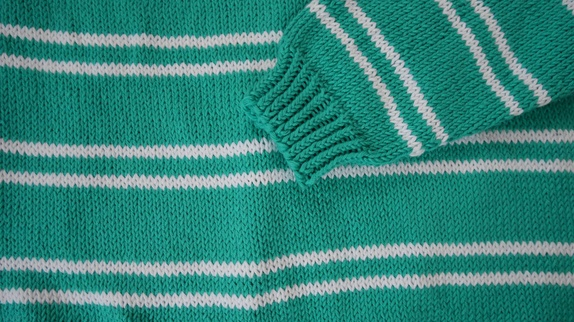 Håndstrikket genser med striper. Epla