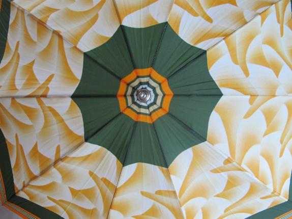 """Retro paraply - Norge - Retro paraply. I god stand med trekk. Jeg har en til til salgs- se """"annet"""" i butikkmenyen. Frakt med andre varer blir maks 160 kr inntil 10kg. Feil portopris ved kjøp av flere varer blir tilbakebetalt. Søkeord: brun, brunt, retro, retroparaply,  - Norge"""