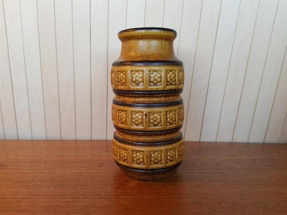 Retro vase - Norge - Retro vase i keramikk. Den er i fin stand. Ca 18 cm høg og 9 cm i diameter. Frakt med andre varer blir aldri mer enn 160 kr inntil 10kg. Feil portopris ved kjøp av flere varer blir tilbakebetalt. Varer kan hentes på Gjøvik/Hamar/Oslo Søkeord: - Norge