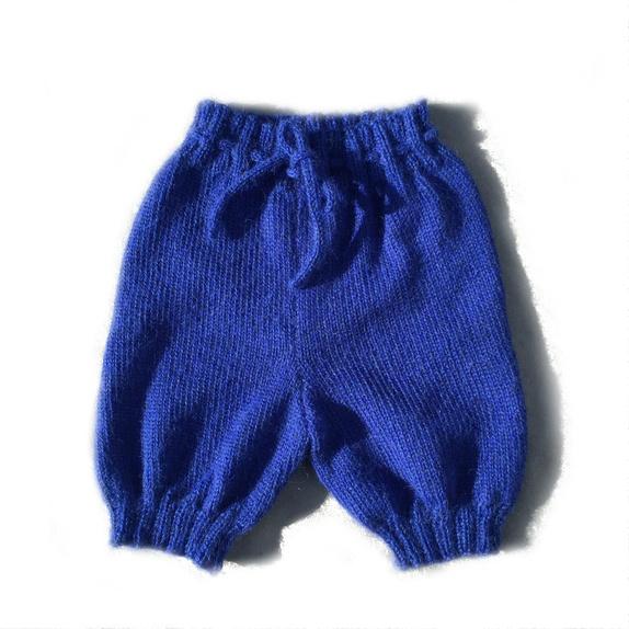 Baggy knebukse 6-12 mnd - Norge - Tøff, myk og lett, baggy knebukse til de aller minste:-)) Størrelsen er 6-12 mnd, men buksa kan deretter brukes som shorts eller romper. Buksa har bred ribb med strikka knytebånd. Myk, lett og behagelig på, strikka i alpakkagarn. Mål:Beinleng - Norge