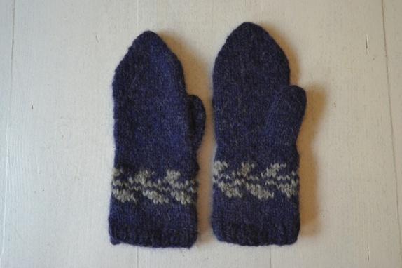 Snøløv votter - Norge - Votter strikket i det poplulære snøløvmønsteret til Marianne J. Bjerkman. Str: Dame, smallLengde: 25 cmLengde fra tommel: 14 cmVekt: 36 gram Strikket i Drops Air, et supermykt garn som klør lite. Farge: Blå og grå. Vaskes på handvaskprogra - Norge
