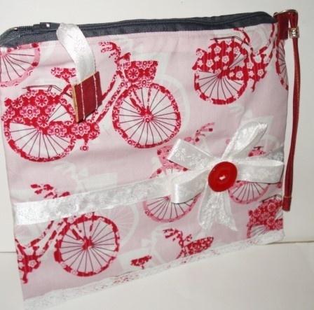 Rødt sykkel etui, hvit veske, veske rød hvit, toalettmapper, vesken med sykkel-motiv - Norge - En kosmetisk veske med en sykkel design. Det ytre materialet er dekorert med sykkler i farger rød, hvit og rose. Inne er en grå filt stoff med en innvendig lomme laget av blå cork med dekorative border. En hvit roser- bånd og en rød knapp dek - Norge