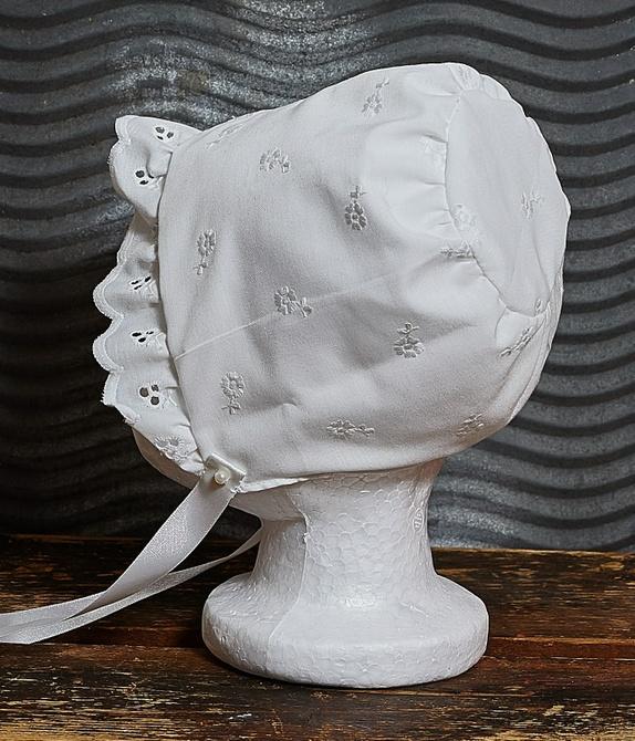 Dåpslue i engelsk blonde/pikemodell - Norge - Dåpslue i hvit,engelsk blonde med bomullsfór.Silkebånd til knyting. Størrelse ca 3 mnd. Anbefaler forsiktig håndvask - inntil 30 grader.Bruk gjerne Milo. - Norge
