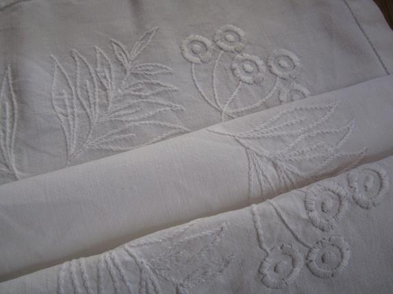 Hvit duk med håndsydd hvitbroderi - Norge - Duk med hvitboderi,en svak liten flekk også synes noen streker etter mønster ellers i god stand,mål 55x61cm,samsender - Norge