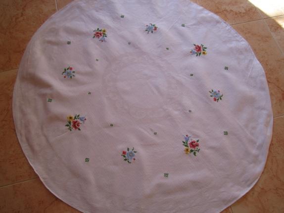 Oval duk med håndsydd dekor - Norge - Oval duk med håndsydd dekor i god stand,svak liten flekk på kant,mål 104x98cm,samsender - Norge