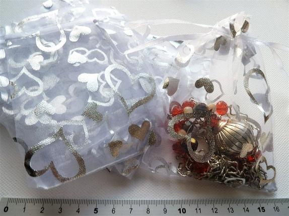 Hvite/Sølv Organzaposer 9 x 12 cm (4163) - Norge - Art: 4163Hvite organza smykkeposer med hjertemønster i sølv , lukkes med hvit satengsnor.Ca: 9 x 12 cm. Kjekke å gi, eller få, med smykker og annet spennende i.Obs! smykkene følger ikke med, de er bare ment som illustrasjon. Prisen er pr stk. - Norge