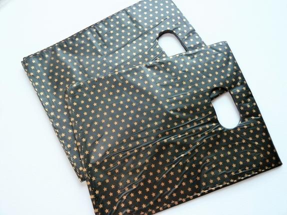 100 Sorte Små Bæreposer  (4164) - Norge - Art: 4164 Sorte små poser med gullstjerner.Posene er tynne og lette.Størrelse 15 x 20 cm. Kjekke til smågaver, vertinnegaver eller til kort, smykker, såper og andre småting, hvis du er selger på messer o.l. Prisen er pr pakke med 100 stk.. F - Norge