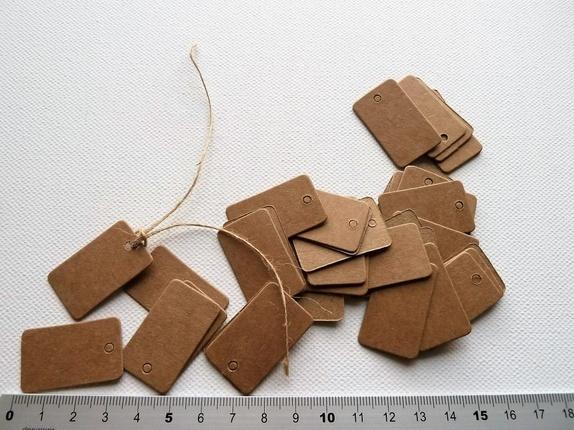 Brune Prislapper (4152) - Norge - Art: 4152 Pakke med 50 stk prislapper i brun kartong.Ca 2 x 3,3 cm. Flotte å bruke på klær, strikka og hekla ting etc. Tråd til å feste dem med finnes i annen annonse på siden min. Pris er pr pakke med 50 stk. Fast frakt er kr: 45,- uavhengi - Norge
