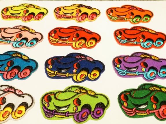 Bil - Strykemerke (6154) - Norge - Art: 6154Biler med øyne, i mange fine farger.Ca: 7,5 x 4,5 cm. Skriv hvilken du ønsker. Skriver du ingenting får du tilfeldig valgt farge. 1) neon gul - 1 stk 2) gul - 1 stk 3) oransje - 1 stk 4) rosa - 1 stk 5) rød med gule dekk - utsolgt! 6) - Norge