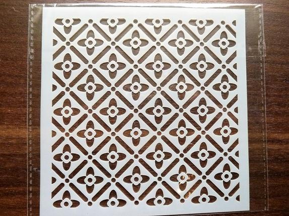 """Sjablong - Småblomstret (4139) - Norge - Art nr: 4139 Sjablong i plast med småblomstret kvadratisk mønster. Flott kvalitet som kan brukes om igjen, og om igjen, dersom den blir rengjort etter bruk. Svamppensler til malingen finner du i annen annonse på siden min. """"Blåbærtua""""Arket m"""
