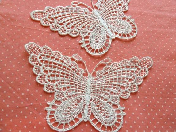 Sommerfugl - Applikasjon (6800) - Norge - Art: 6800 Nydelig brodert sommerfugl i polyester, naturhvit/hvit. Måler ca: 13 x 6 cmPrisen er pr sommerfugl Fast frakt er kr: 45,- uavhengig av hvor mye du bestiller. applikasjon - sommer - sommerfugl - blonde - blondebånd - kantebånd - tilbeh - Norge