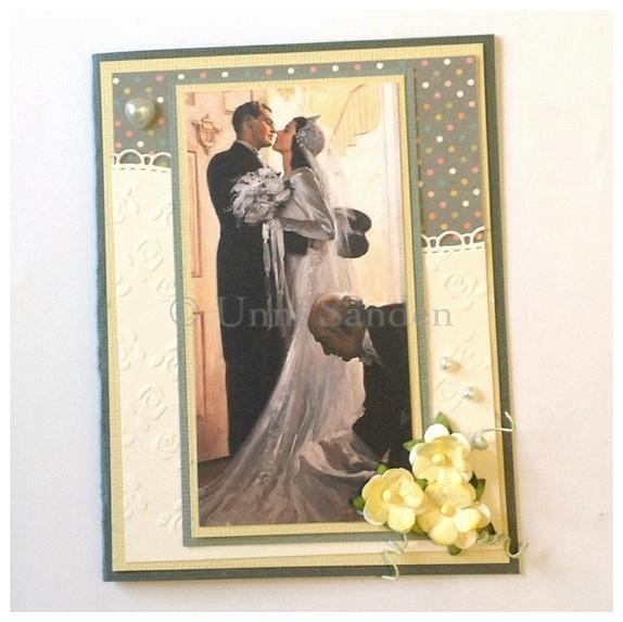 Bryllupskort - Norge - Bryllupskort med bilde vintagebilde av brudepar. Kortet er pyntet med blomster og perlehjerter. Selve kortet er grått og har hvitt skrivefelt på innsiden. Str 10,5 x14 cmFraktfritt Søkeord: bryllupskort, kort, bryllup, brudepar - Norge