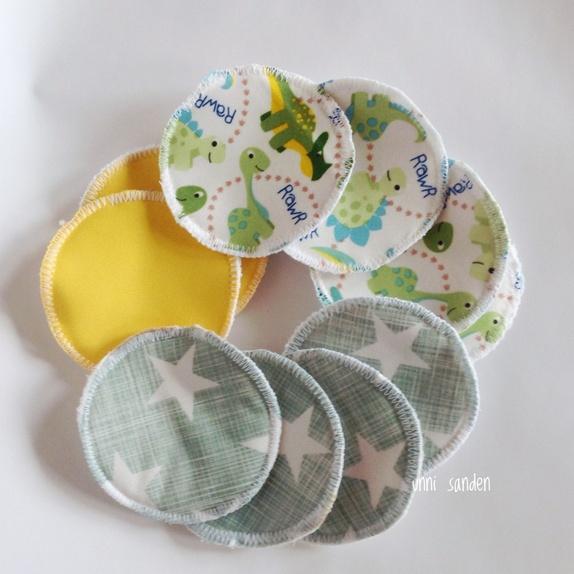 10 bomullspads gul/grønn - Norge - 10 stk bomullspads sydd av PUL stoff med fleece mellomlegg og bomullsvelour bakside. De er sydd sammen med sikksakk søm på utsiden. Str 10 cm Søkeord: sminkepads, bomullspads, miljøvennlig - Norge