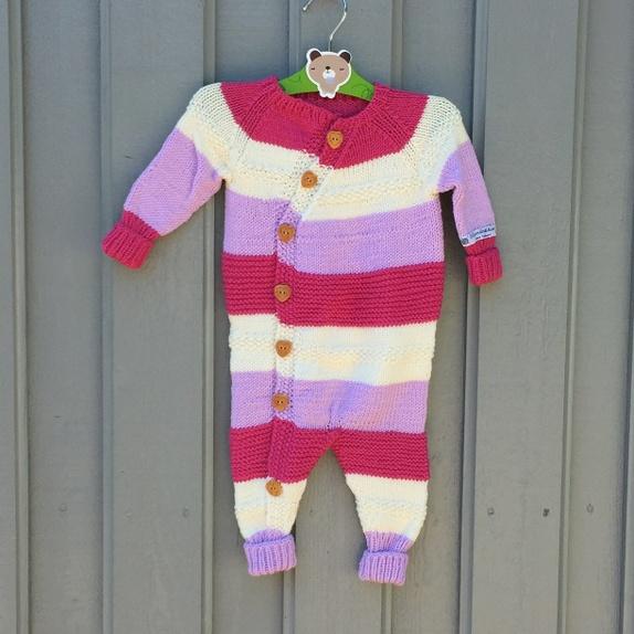 SALG:Lettvintdress - Norge - Deilig hel dress til baby i str. 0-2 mnd, hel lengde 44/49 cm.Den strikket i merino extra fine i fargene dosrosa, cerisrosa og hvit. Det er lang vrangbord på ermer og ben, slik at den kan brettes ned og brukes lenger, vokse med. Det knapper ned p - Norge