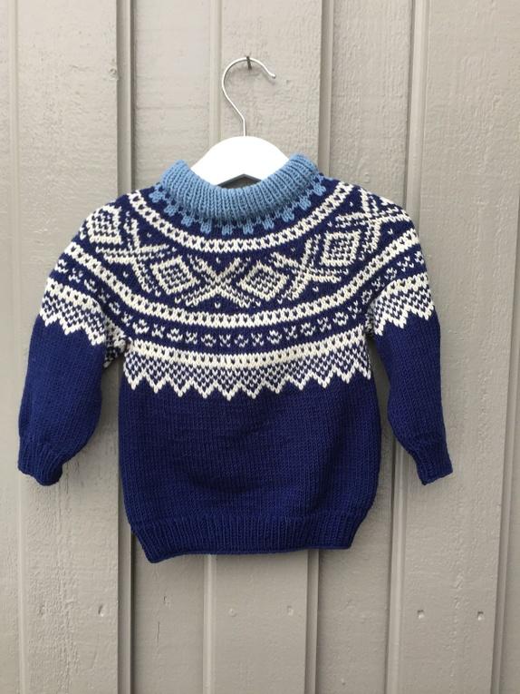 d2428da9 God og varm håndstrikket Mariusgenser med rundfelling, strikket Merino  Ekstra Fine. Farger:mørk blå, naturhvit og mellom blå.