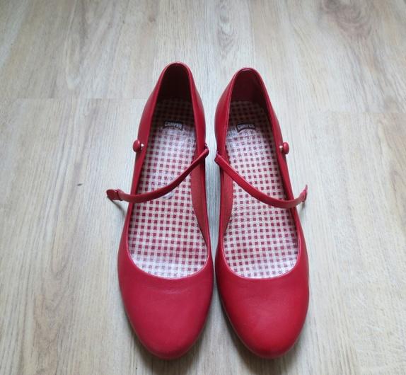 e320c4effcba Et par sko av modellen Kim fra Camper
