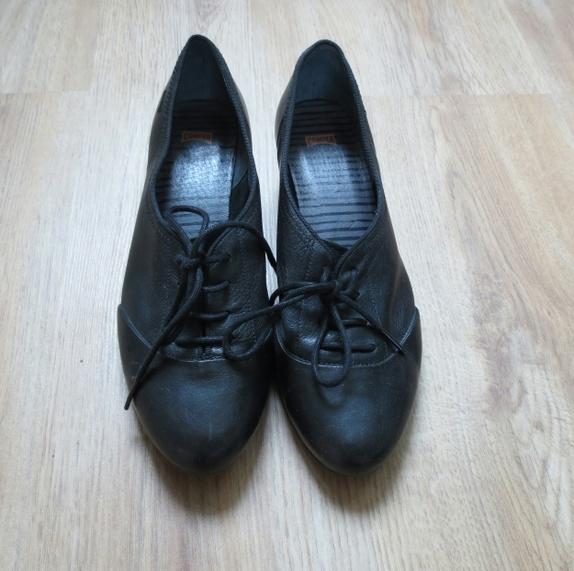 830d2627 Et par sorte sko med snøring fra Camper, lave hæler. Overlær av ekte skinn,  såle av gummi. Skoene er i størrelse 38. Kun brukt to ganger, svært god  stand.
