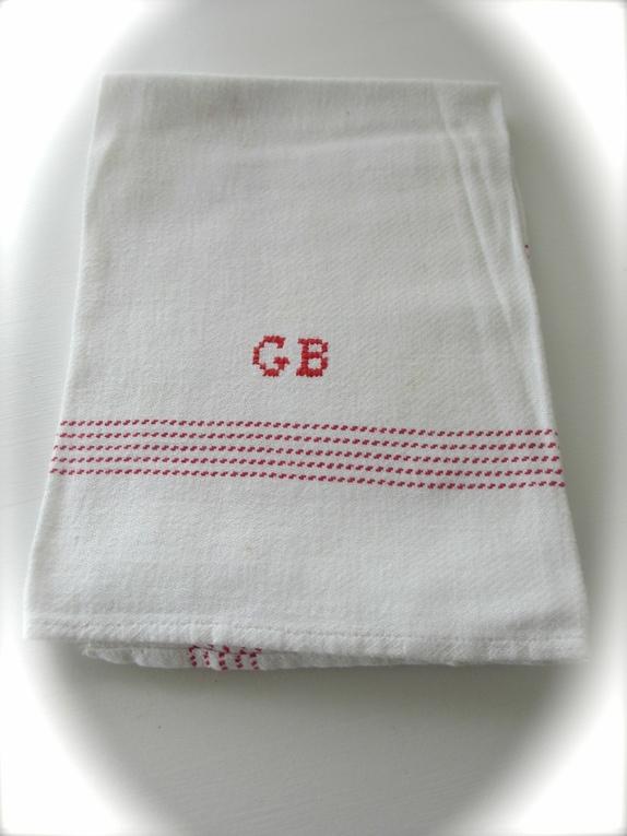 GB's lin kjøkkenhåndkle i rødt - Norge - Kjøkkenhåndkle med monogram fra de gamle, gode dager, hvor kvalitet og varighet sto i høysetet. Dette er sikkert brukt i utallige oppvasker, men allikevel er det ingen store flekker (kun en bitteliten en), ikke hull/slitasje. Mykt og godt. Pass - Norge