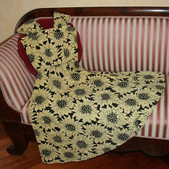 Vintage kjole m/bolero - Norge - Dette er en one-of-a-kind kjole - håndsydd for mange år siden, og i svært god stand. Settet består av kjole med skjørt i A-form og tilhørende bolero. Str 36Midje: 66 cmHel lengde 108 cm (kan lett legges opp).Bolero er 30 cm høy. Stoffet er  - Norge