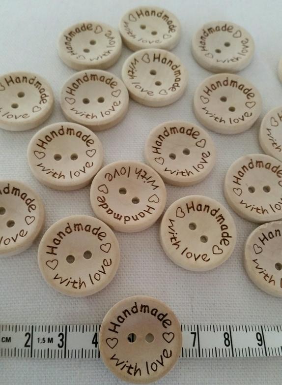 """10 stk Treknapper """"Handmade with love"""" 25 mm - Norge - 10 stk Treknapper med teksten """"Handmade With love"""" Knappene er fine til å bruke som pynt på plagg og pledd eller andre ting du har laget:) 25 mm 2 hull. - Norge"""