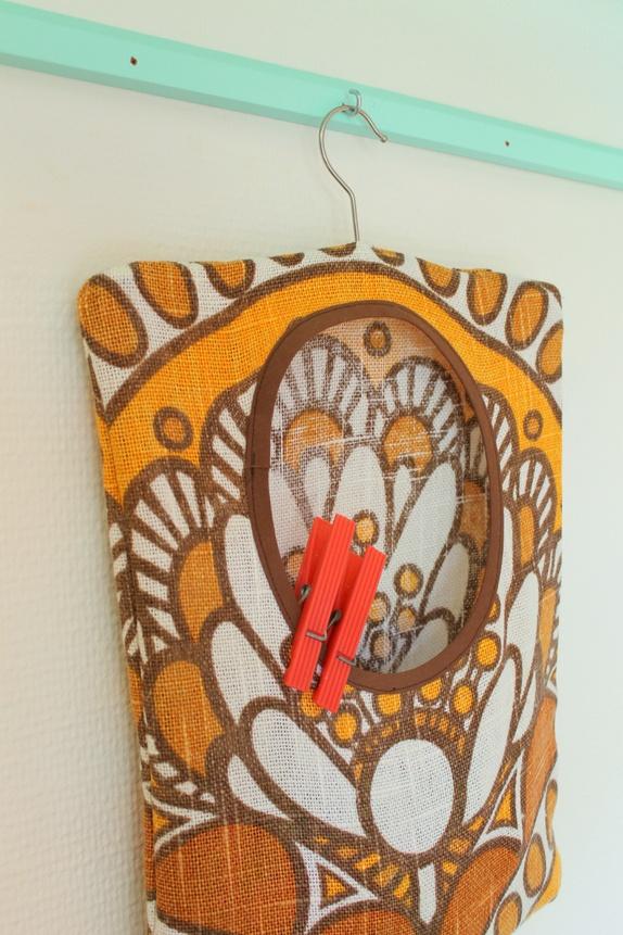 Klesklypepose - Norge - Klesklypeposen som henges enkelt opp på klessnora eller tørkestativet når du henger opp klær. Så fin at den til og med kan henge til pynt når den ikke er i bruk! Sydd av en flott gardin i strie. Stoffet er dekorert med stilige mønster i uli - Norge