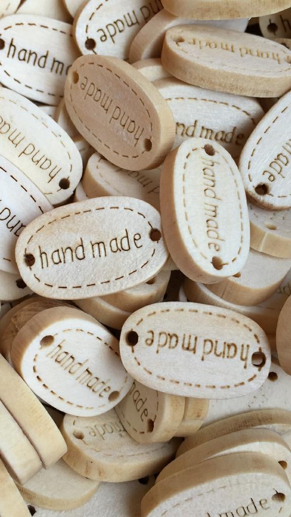 """hand made"" 19mm x 12mm - Pris pr. stk. - Norge - ""hand made""-merker i tre, 19mm x 12 mm med to hull til festing. - Norge"