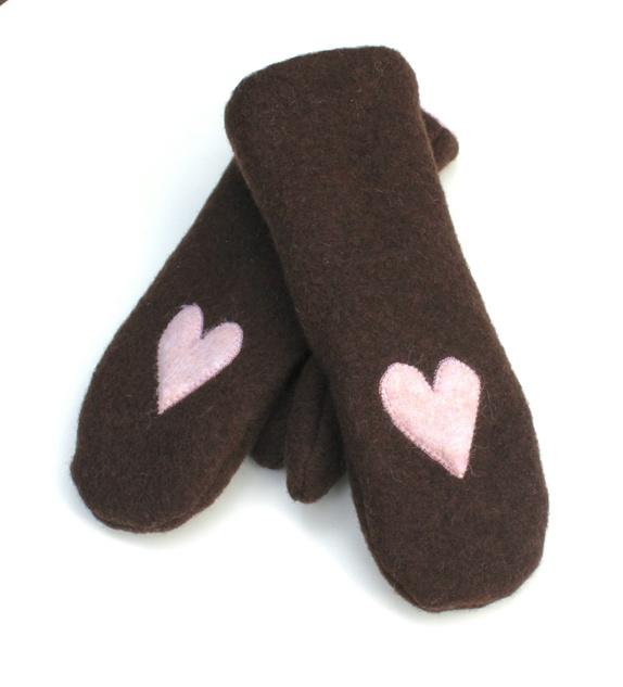 594993b3 Kjempegode votter sydd i brun ull, foret med rosa polarfleece. Vottene er  pyntet med hvert sitt rosa hjerte i ull.