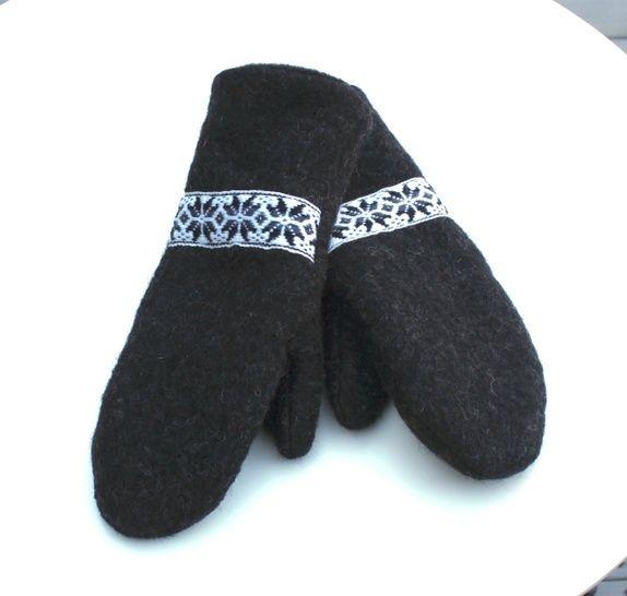 84625398 Kjempegode votter sydd i sort ull, foret med sort polarfleece. Vottene er  pyntet med et vevet bånd i ull med selburoser.