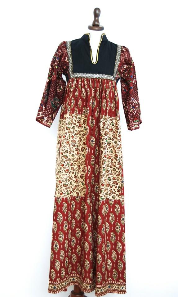Vintage indisk bohemsk bomullskjole - Norge - Vintage 70-talls bohemsk indisk kjole i bomull. Kjolen har et kjempefint paisley-og-blomstermønster på skjørtet og et diamantformet mønster på ermene med blomster og dyr. Frontstykket har et brodert bånd i metalliske gull og sølvtråder. Kj - Norge