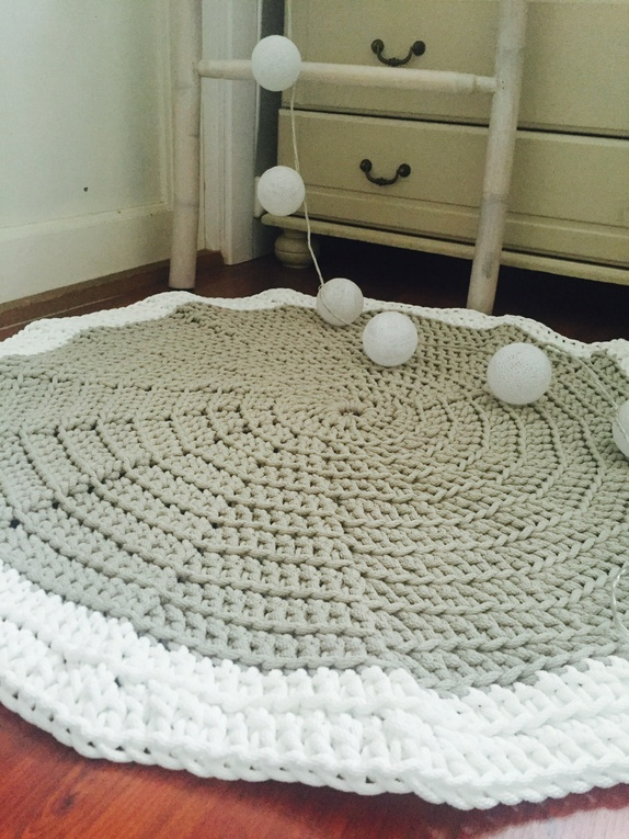 Heklet gulvteppe - Norge - Heklet teppe i grå og hvit farge. Str. 81 cm - Norge