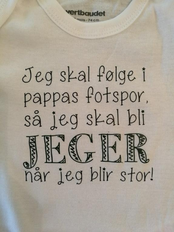 """Body med trykk; """"Pappas fotspor - jeger når jeg blir stor"""" - Norge - Body med trykk: """"Jeg skal følge i pappas fotspor, så jeg skal bli jeger når jeg blir stor"""" Hvit body med lange armer. Fås i str. 62 - 68 - 74 - 80 - 86. Skriv i kommentarfeltet hvilken str du ønsker. Jeg bruker bodyer med merket Vertbaudet fr - Norge"""