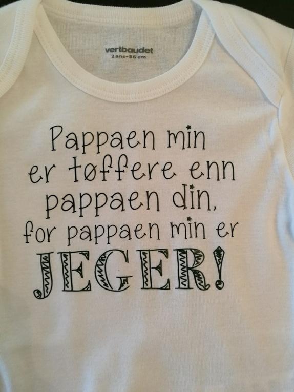"""Body med trykk; """"Pappaen min er tøffere enn pappaen din..."""" - Norge - Body med trykk: """"Pappaen min er tøffere enn pappaen din, for pappaen min er jeger"""" Hvit body med lange armer. Fås i str. 62 - 68 - 74 - 80 - 86. Skriv i kommentarfeltet hvilken str du ønsker. Jeg bruker bodyer med merket Vertbaudet fra Ellos, m - Norge"""