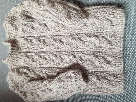 95e42dbe Beige genser med fletter. Str 2 år. Mål: overvidde ca 60 cm, erme ca 24 cm,  hel lengde ca 36 cm. Strikket i 40% alpakka/30% ull/30% akryl.. Vaskes for  hånd.