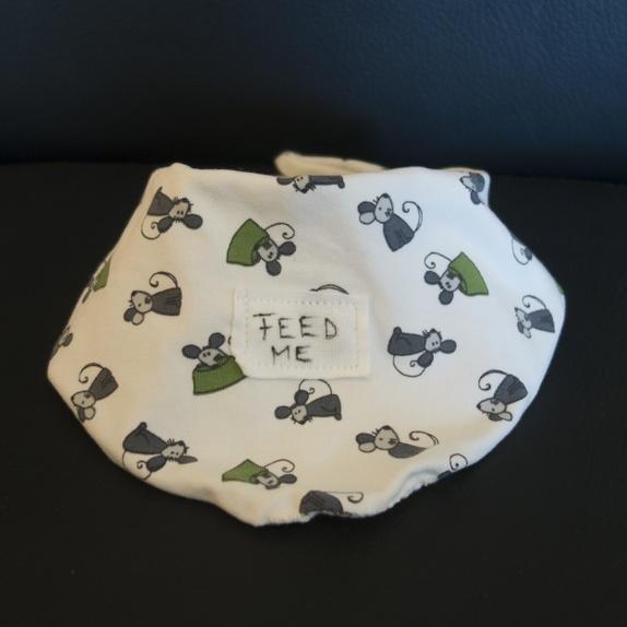 Siklesmekke - baby - feed me - Norge - Kule siklesmekker til baby med påsydd applikasjon, feed me. Smekkene er sydde i hvit stretchjersey. tekstilheksa, hvit, baby, smekke, sikkel, gave, babyshower - Norge