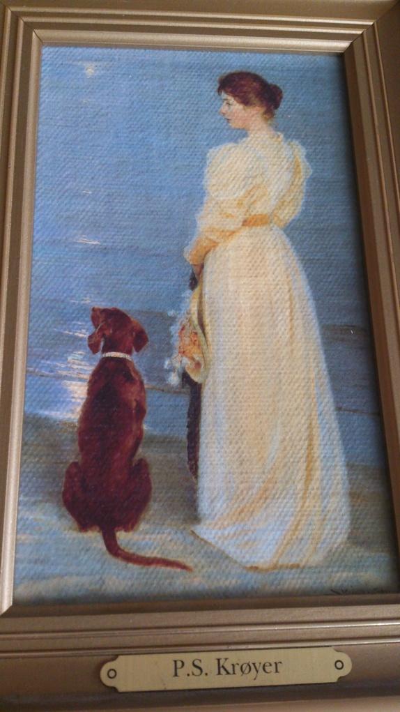 Sommeraften ved Skagen - Norge - Nydelig miniatyr reproduksjon av Peder Severin Krøyer sitt berømte maleri Sommeraften ved Skagen. Maleriet forestiller hans kone Marie og deres hund Rap, mens månen gir gjenskinn i havet. Krøyer var født i Stavanger, men vokste opp hos sin ta - Norge