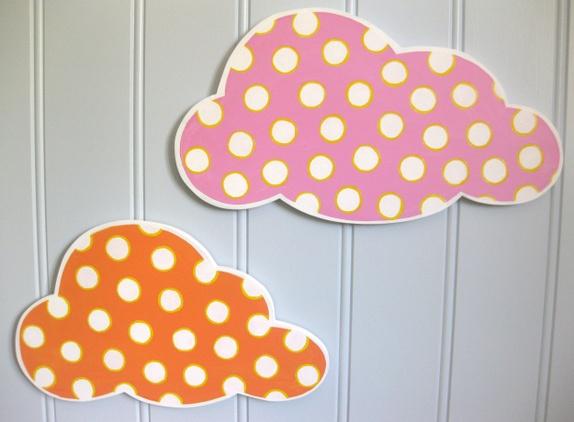 Veggdekor, to fargerike skyer med prikker   epla