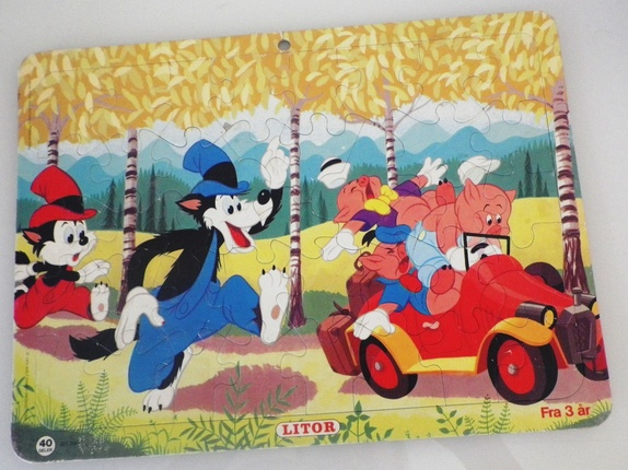 Disney puslespill fra 1979 - Norge - Morsomt puslespill fra Walt Disney Productions, 40 deler. Storeulv, Lilleulv og de tre små griser som prøver å rømme. Måler 35,5*26,5 cm. Søkeord: blomster, skog, bil, dyr, 70-tallet, retro, pusle, barndom, leker, nostalgi, barn, barnas gjen - Norge